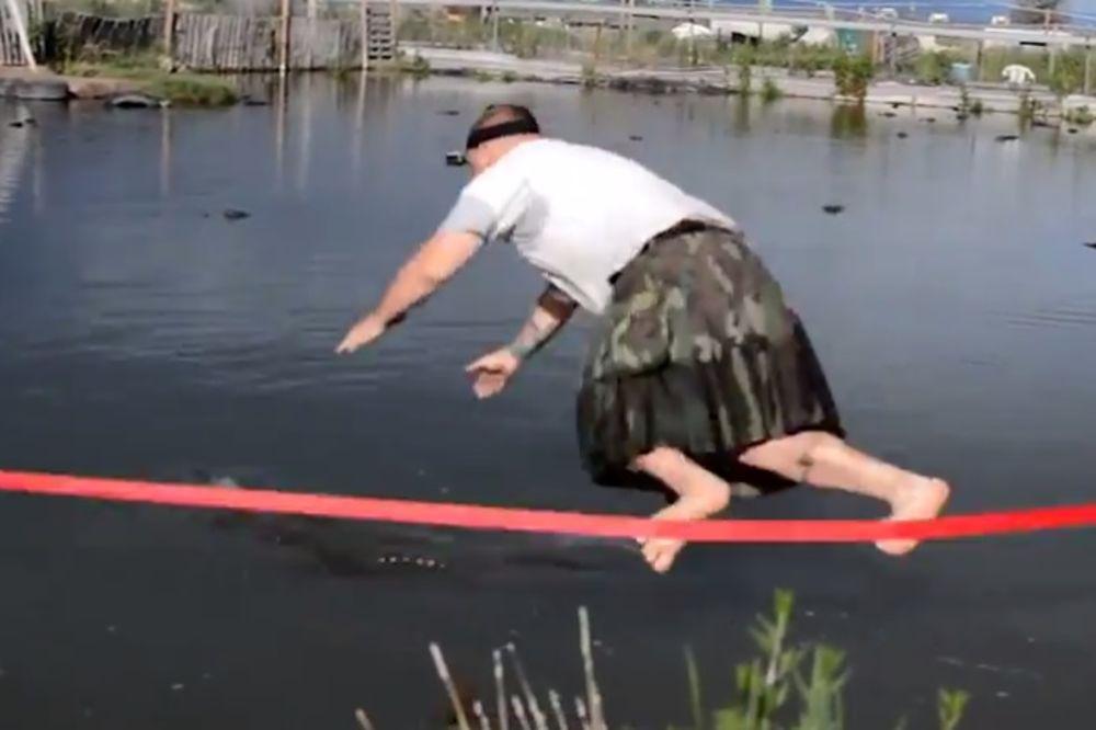 (VIDEO) ŠTA LI MU JE BILO U GLAVI? Čovek spasao krokodila na najgluplji mogući način!