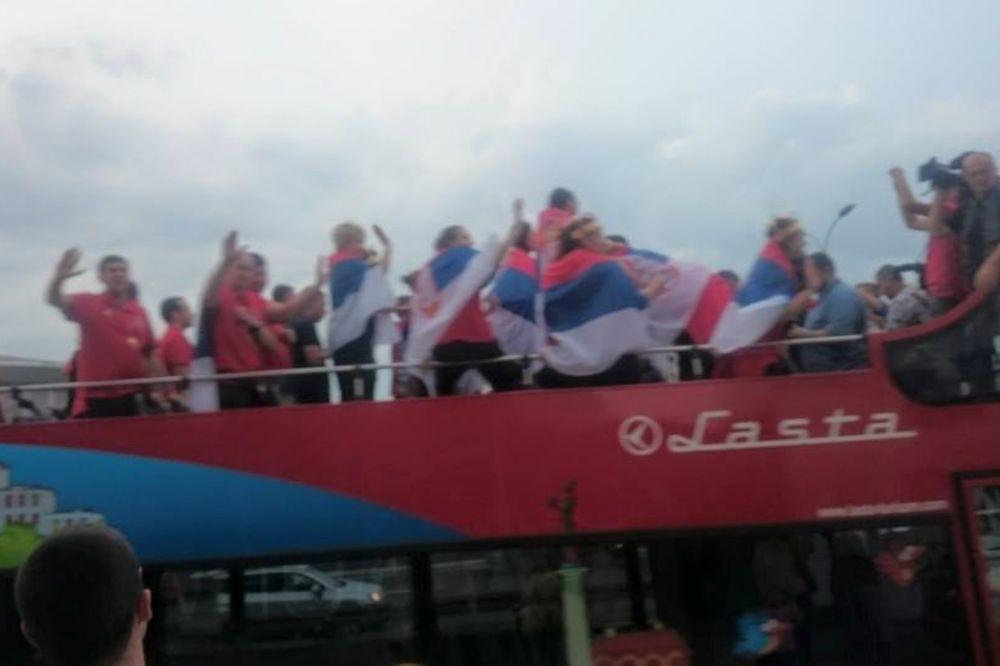 (VIDEO) AUTOBUS STIGAO NA BALKON: Građani pozdravili košarkaške heroine Srbije