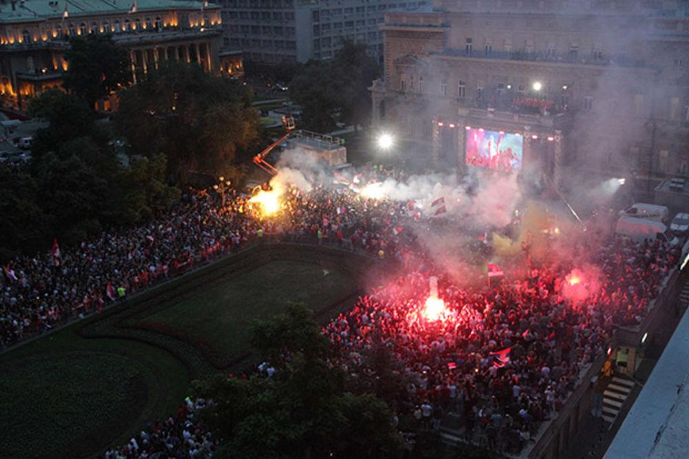 (VIDEO) PLES ZLATNIH KOŠARKAŠICA NA BALKONU: Srbija se poklonila prvakinjama Evrope!