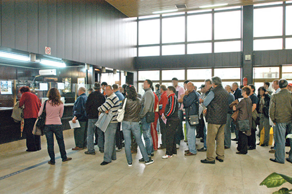 ZABORAVNI: Ostaju bez letovanja zbog čekanja pasoša