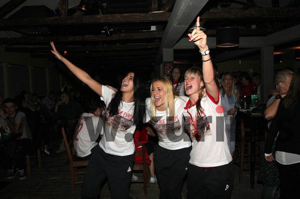 (FOTO) ZLATNE DEVOJKE ZALILE TITULU: Košarkašice Srbije slavile u restoranu!