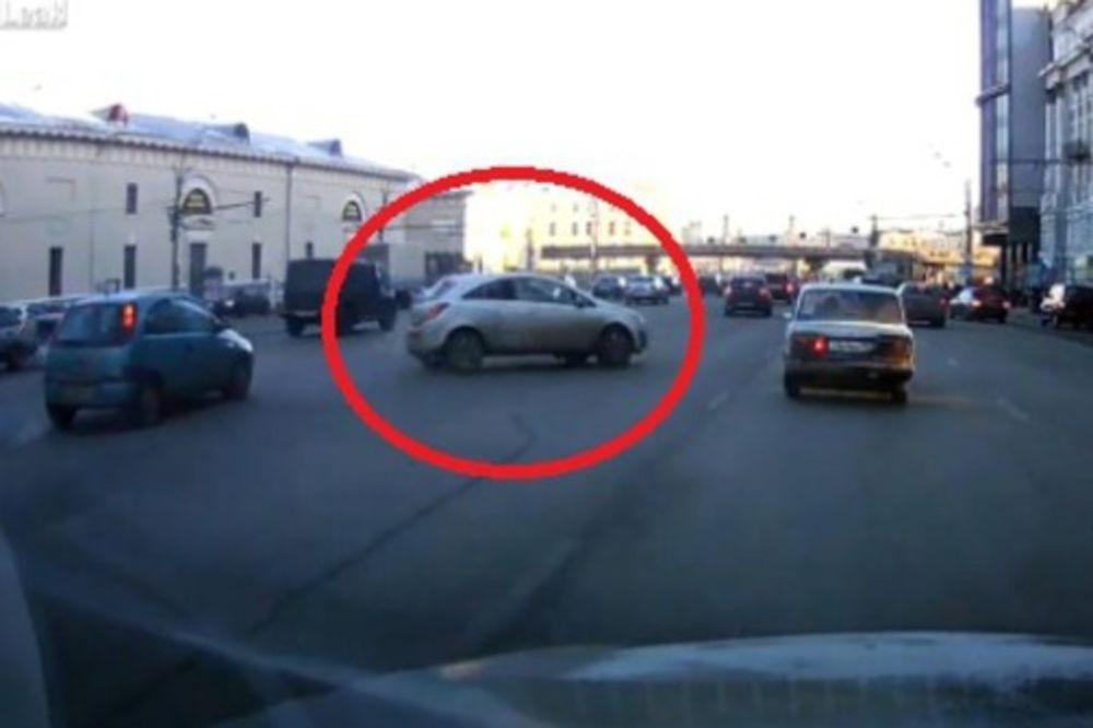 (VIDEO) LUDOST, HRABROST ILI SREĆA: Uspela je da se parkira tako da joj se ceo svet divi!