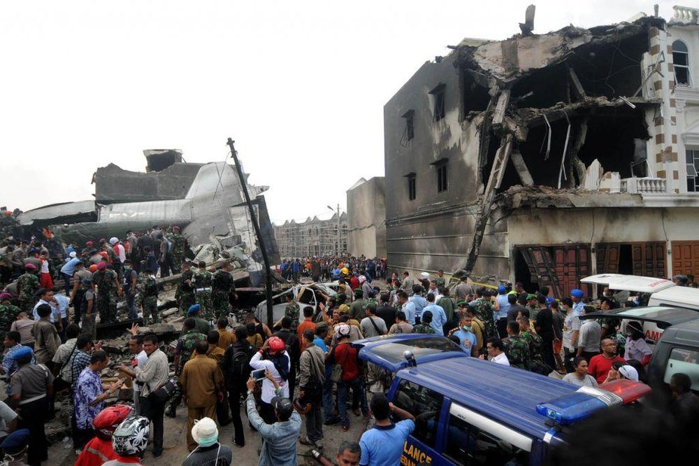 DRAMATIČNO SPASAVANJE: Najmanje 100 poginulih u padu vojnog aviona