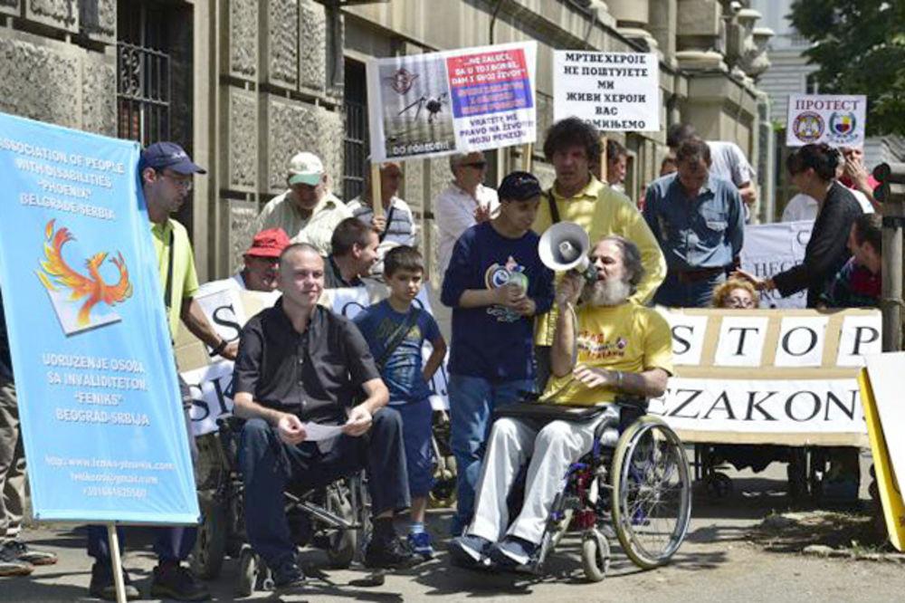 PROTEST ISPRED VLADE: Osobe sa invaliditetom traže sastanak sa Vučićem