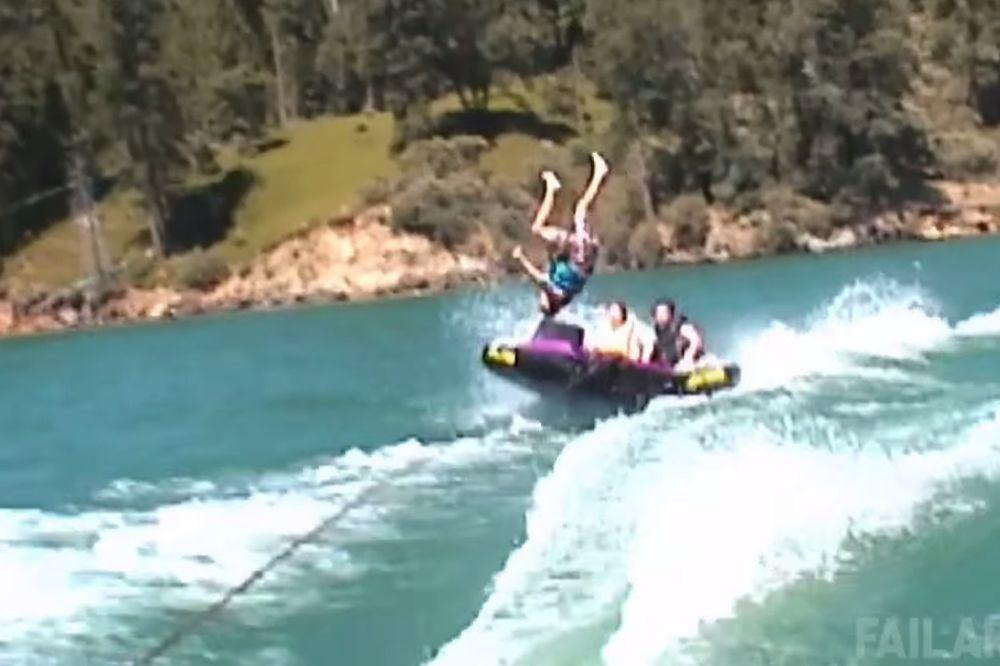 (VIDEO) SMEŠNA STRANA LETNJIH DANA: Pokušajte da se ne nasmejete dok gledate ovaj video!