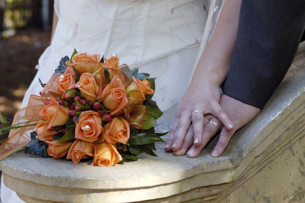 (FOTO) NEZGODA: Fotograf se okliznuo dok je slikao venčanje, ali rezultat je fenomenalan