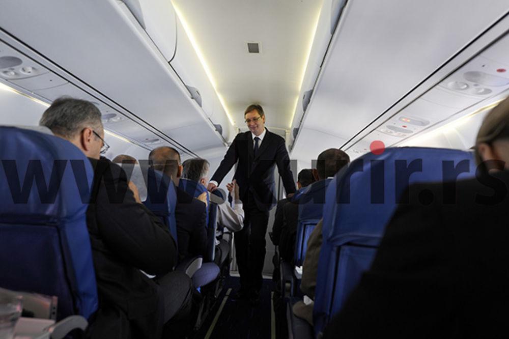 (FOTO) SA DELEGACIJOM U AVIONU: Vučić budio ministre na letu do Mađarske