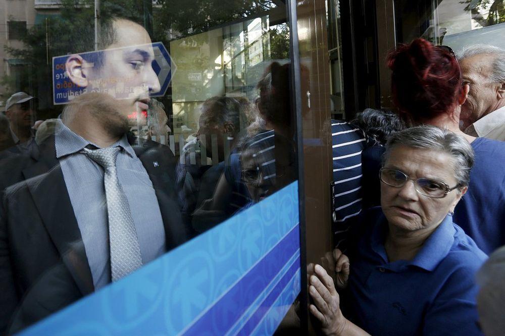 OVAKO JE DANAS U ASPROVALTI: Grčki penzioneri navalili na banke, pumpe rade normalno