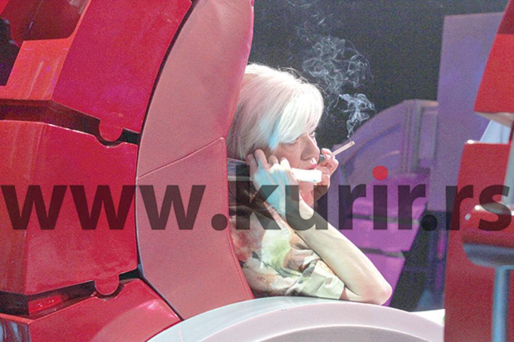 PAPARACO: Tucakovićeva ne vadi cigarete iz usta