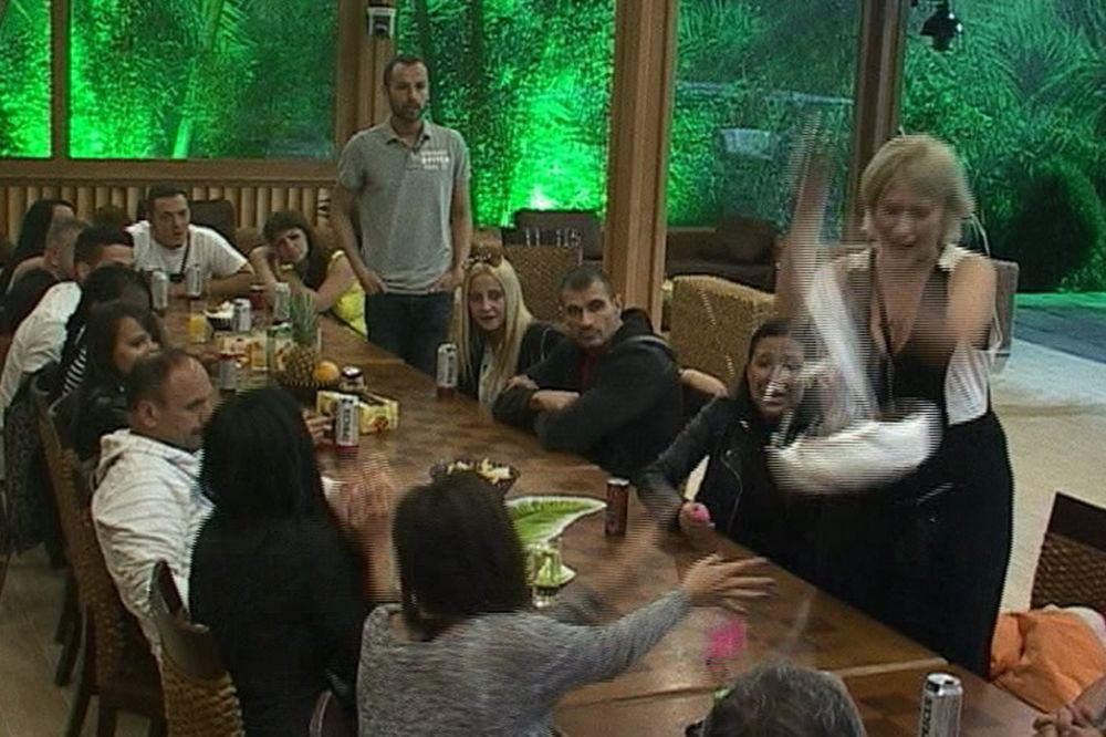 (VIDEO) GOLUBOVIĆKA IZGUBILA ŽIVCE: Jelena bacila rođendansku tortu!