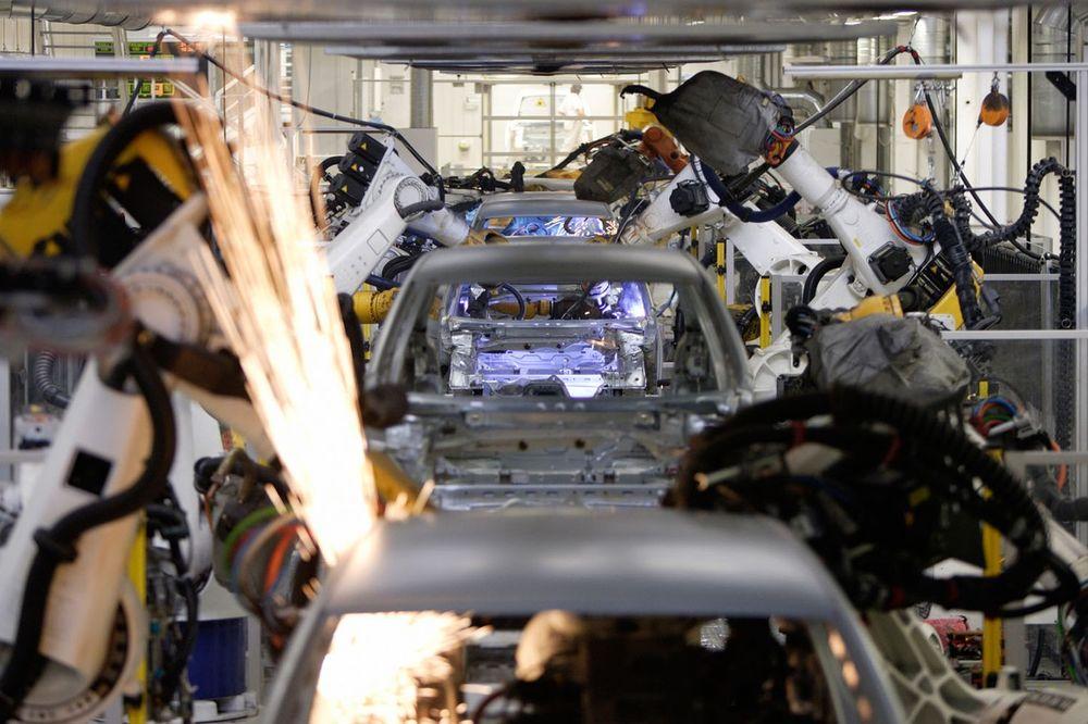 ŠOKANTNA TRAGEDIJA: Robot u fabrici ubio radnika!