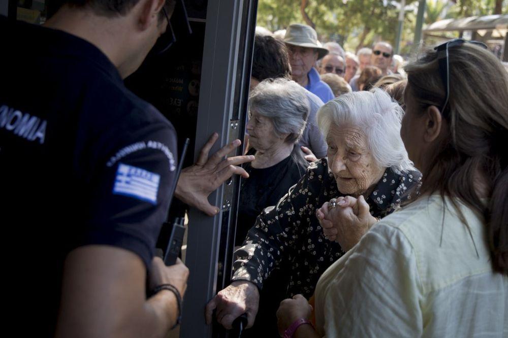 GRČKA DANAS: Redovi pred bankama, turisti otkazuju po 50.000 rezervacija dnevno