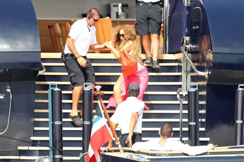 (FOTO) IZLOMI SE: Maraja Keri pala niz stepenice, a njen dečko nije mrdnuo prstom!
