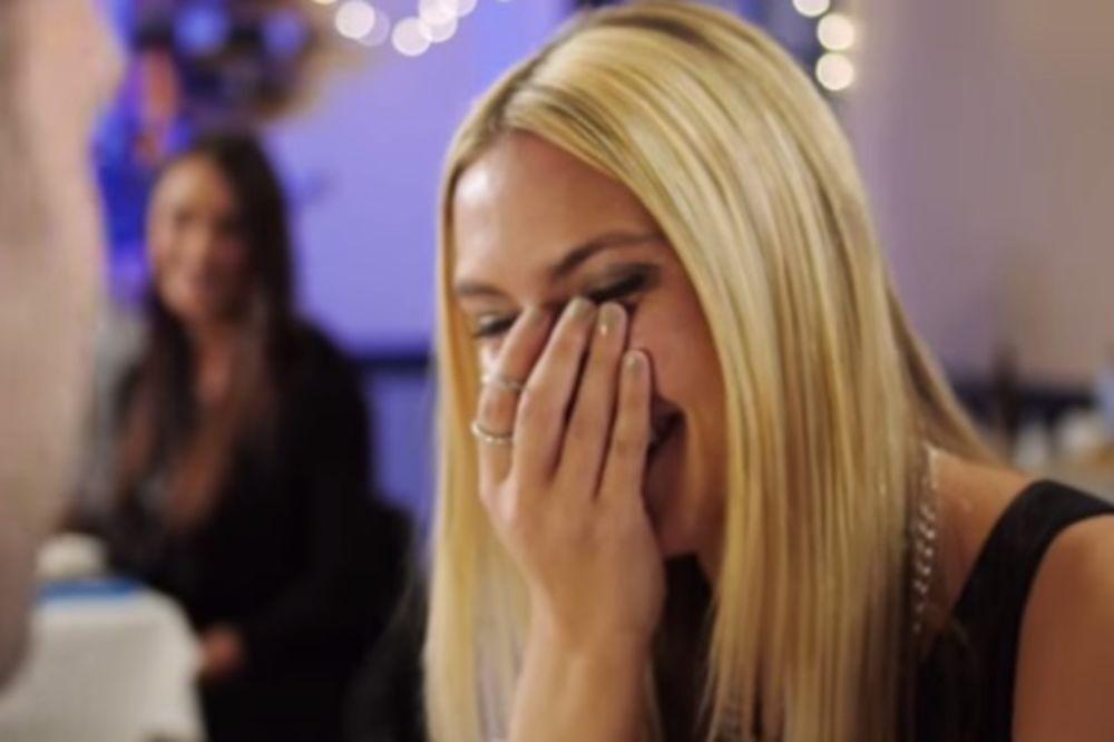 (VIDEO) O OVOME BRUJI CEO SVET: Zaljubili su se kao deca, a njegova prosidba će vas oduševiti