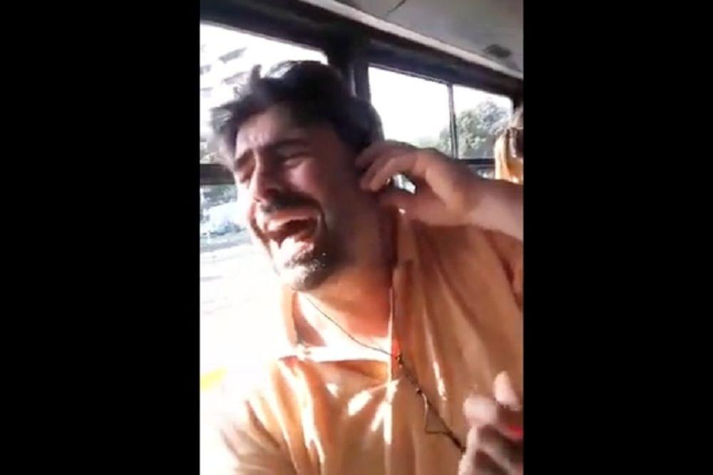 (VIDEO) ČOVEK JE ZAPEVAO ČOLINU PESMU U AUTOBUSU 48: Kako su putnici reagovali će vas oduševiti!