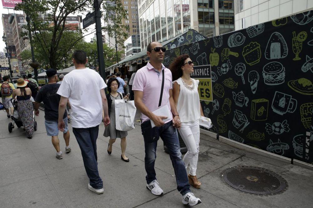 (FOTO) PAKAO GRČKOG BRAČNOG PARA: Otišli na medeni mesec u Njujork, ostali bez para zbog krize
