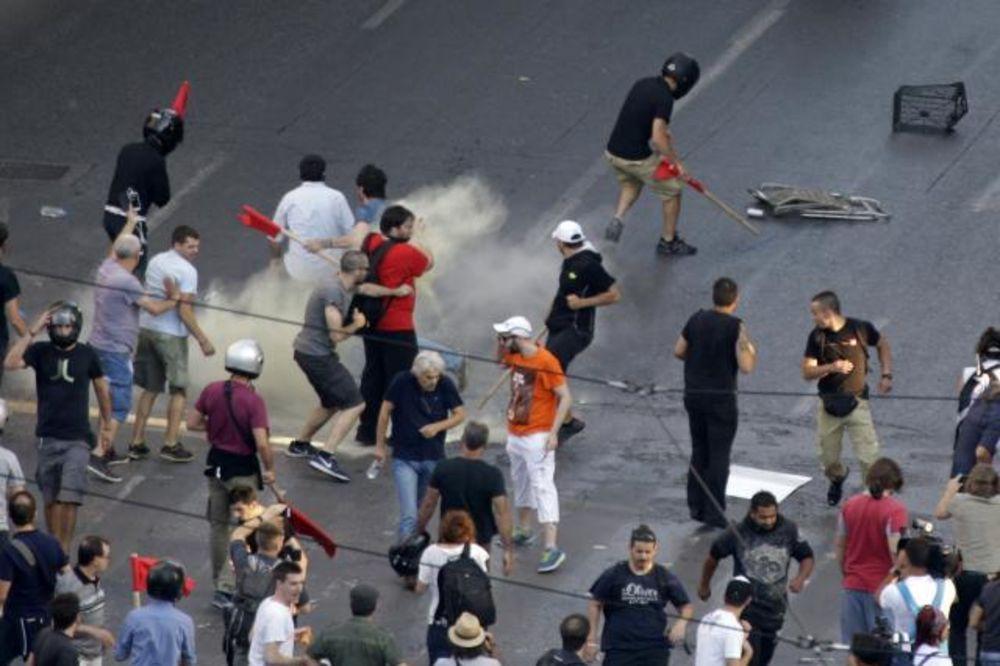 ATINA SE NE SMIRUJE: Šok bombe i sukobi na demonstracijama