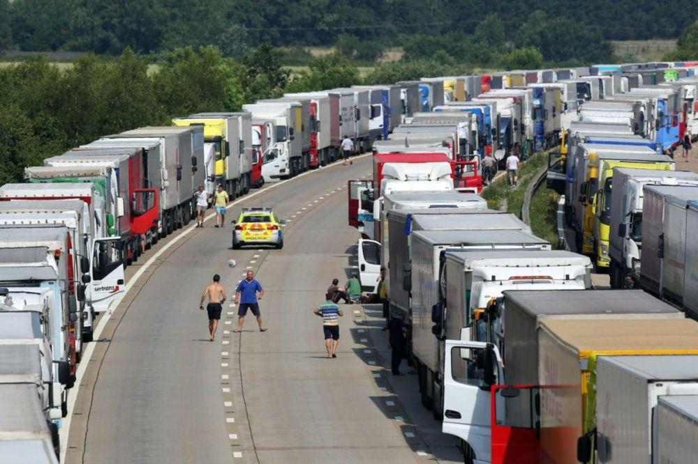POLAKO STIŽU U BRITANIJU: Na desetine migranata probilo ograde kod luke Kale