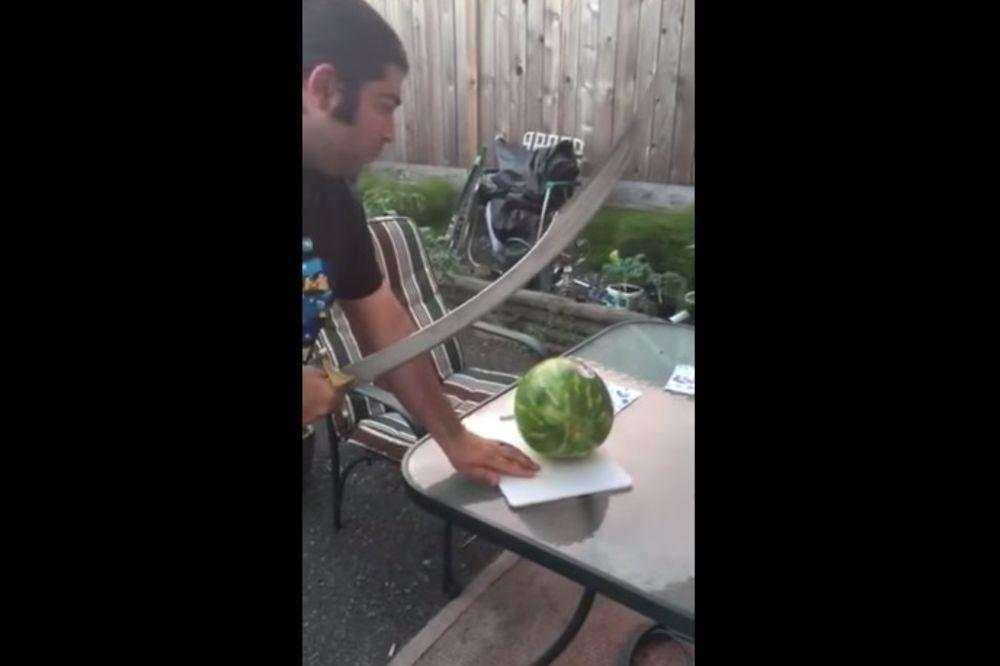 (VIDEO) Sabljom pokušao iseći lubenicu. Nije baš dobro prošlo!