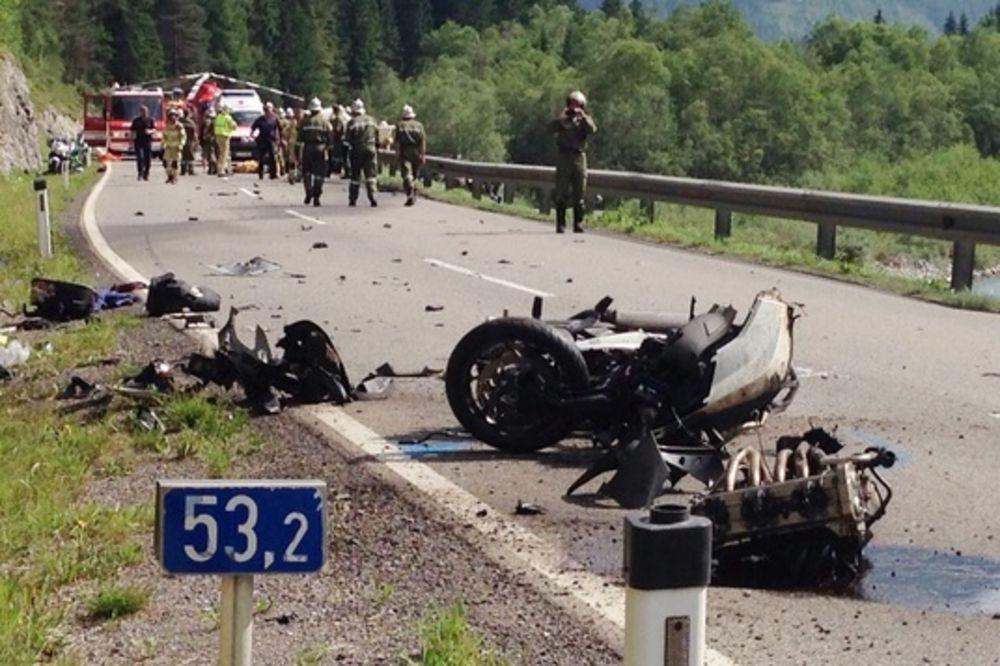 (FOTO) BRZINA UZELA KRVAVI DANAK: U sudaru motocikala, jedan mrtav, troje povređeno!