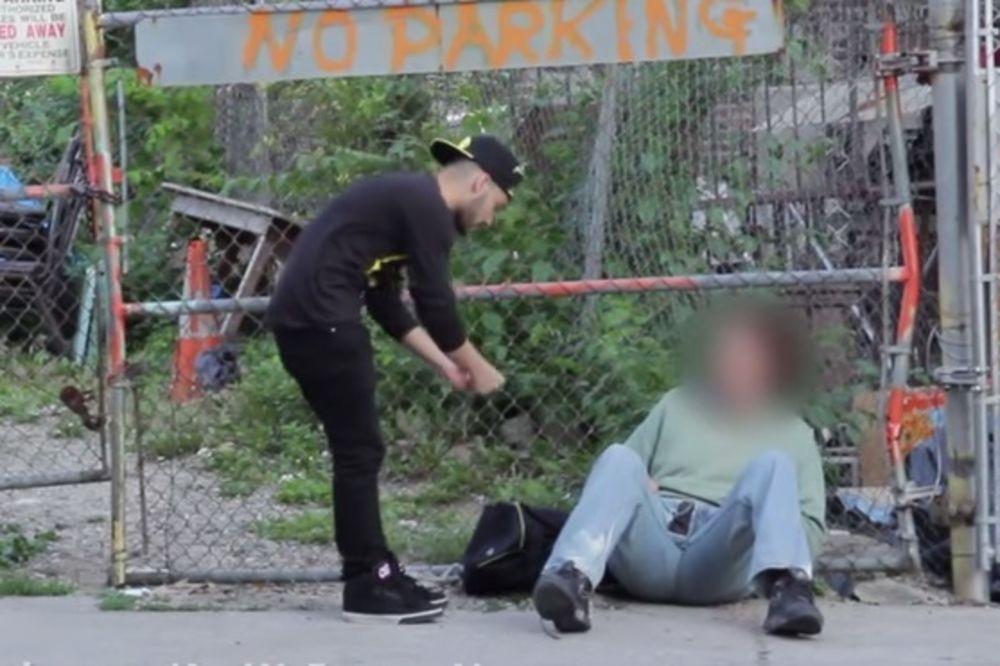 (VIDEO) Beskućniku je i dao malo novca. Ono što je on uradio s njim je neverovatno