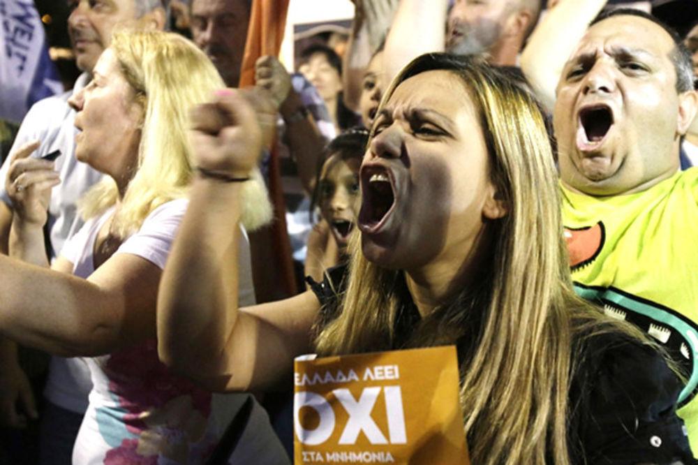 (FOTO) GRČKA SLAVI NE: Veselje u Atini, slogani protiv mera štednje!