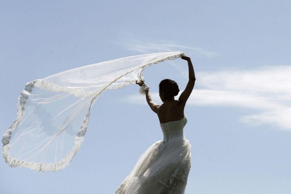 (VIDEO) ONA NE MRZI FUDBAL: Pogledajte kako je mlada iznenadila mladoženju na venčanju