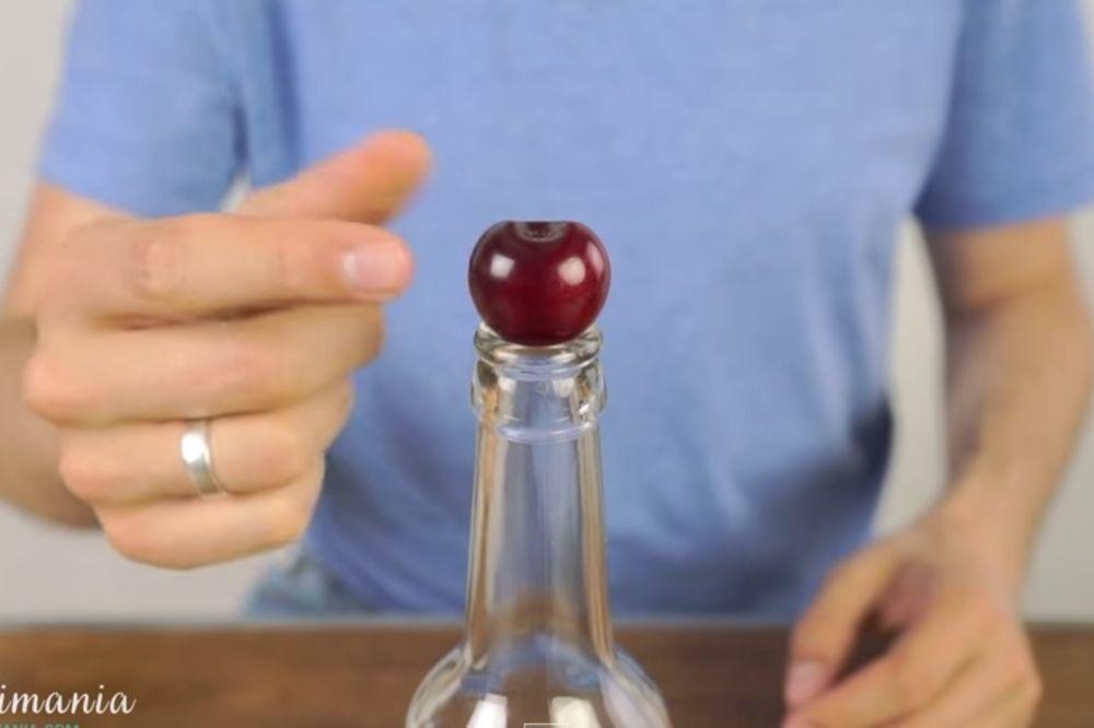 (VIDEO) GENIJALNO: Stavio je trešnju na otvor flaše, kad vidite zašto, uradićete isto!
