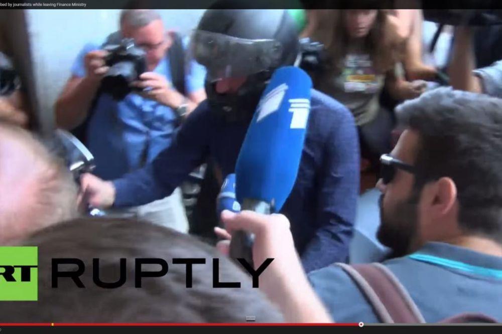 (VIDEO)ZAVRŠIO POSAO: Varufakis na motoru odjurio iz ministarstva finansija