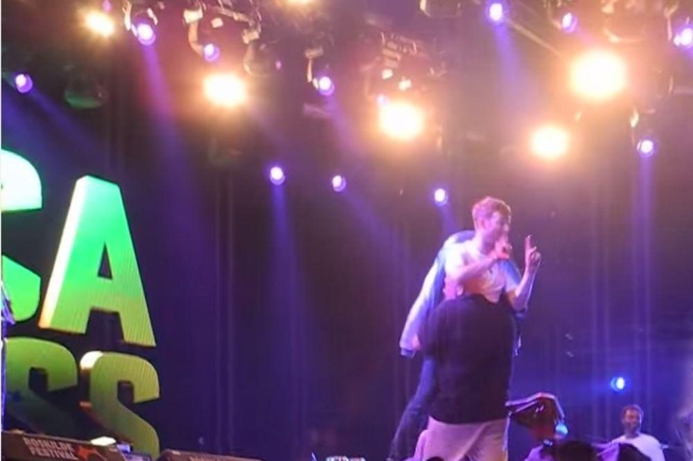 (VIDEO) NEMA STAJANJA: Odvukli pevača grupe Blur sa bine jer nije hteo da prestane da peva