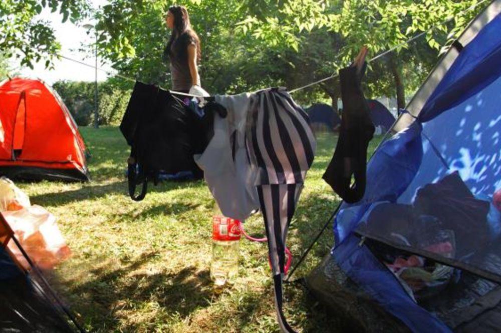 (FOTO) KAD DA SU KOD KUĆE: Stigli prvi gosti Egzit kampa i odmah raširili veš!