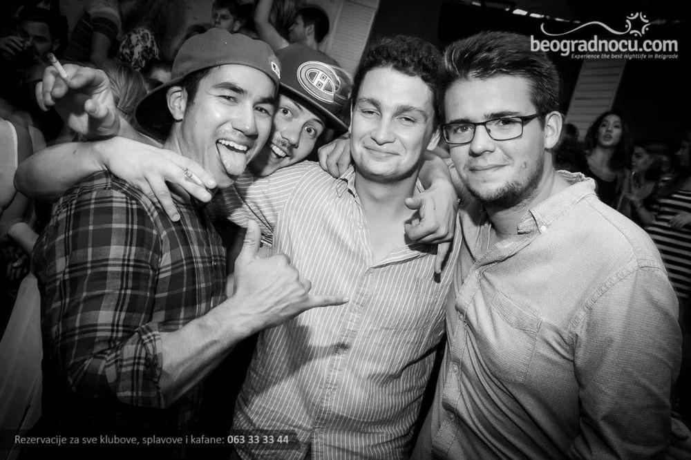 (FOTO) TOTALNI MRAK: Ovako su se sinoć zabavljali uz devedesete
