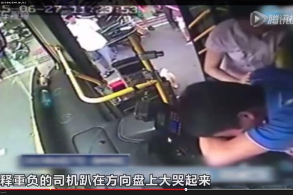 (VIDEO) OPASNA BABA: Starica (70) isprebijala vozača autobusa u pokretu!