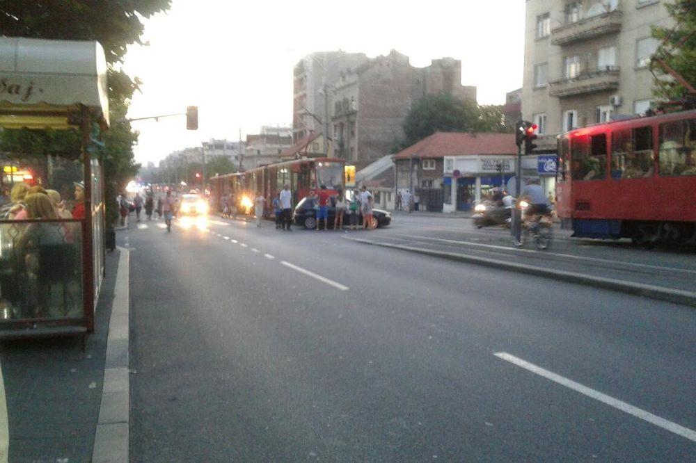 ČUKANJE U BULEVARU: Tramvaj udario u automobil!