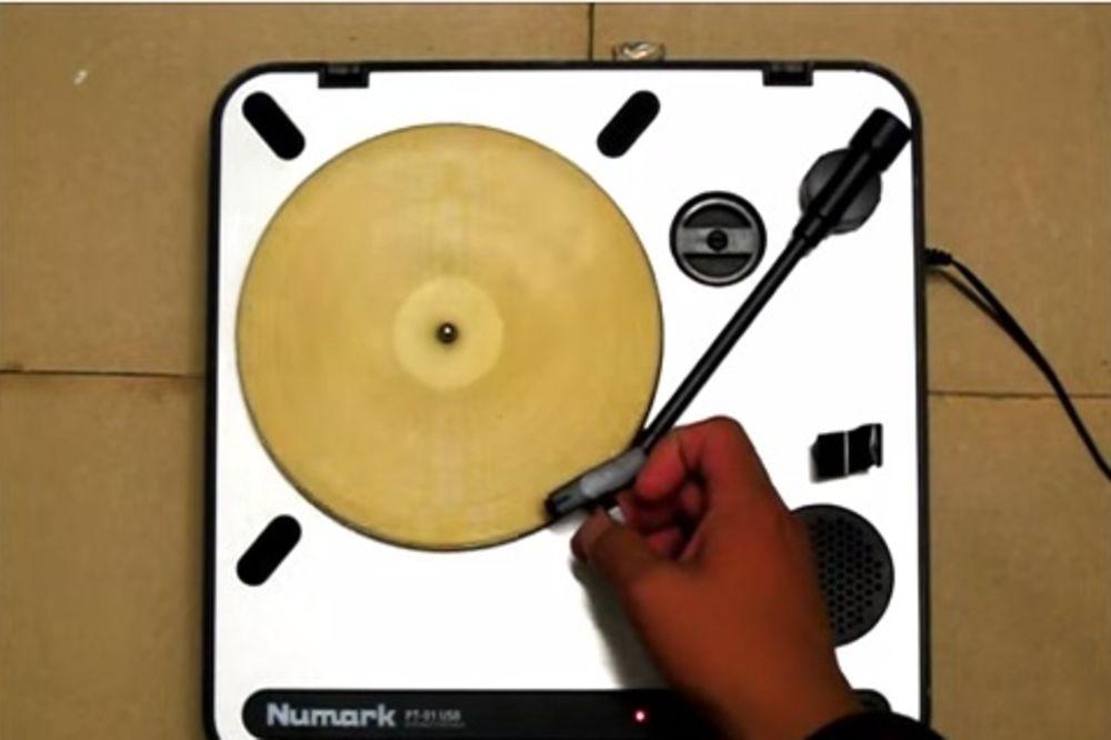 (VIDEO) ZVUČI ŠAŠAVO, ALI... Jedan mladić je od tortilje napravio gramofonsku ploču