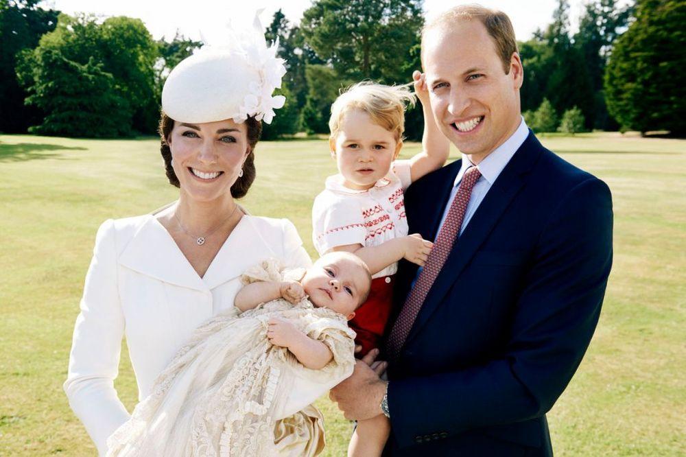 (FOTO) KRALJEVSKI FOTOŠUTING: Ovo su prve zvanične fotke sa krštenja princeze Šarlote!