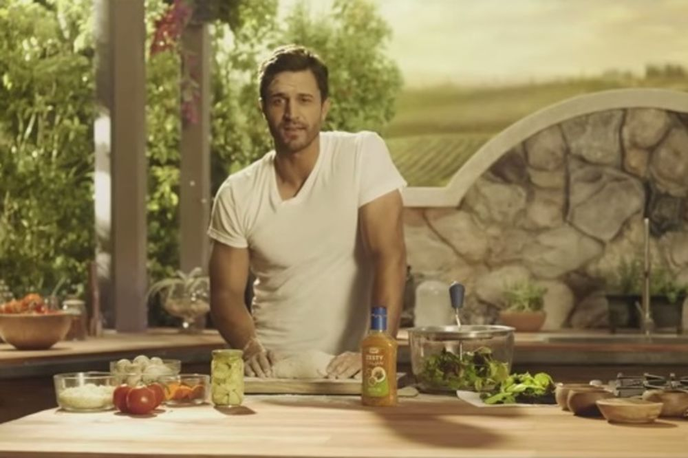 (VIDEO) SAMO ZA DAME: Ovakvog muškarca u kuhinji nikada niste videli