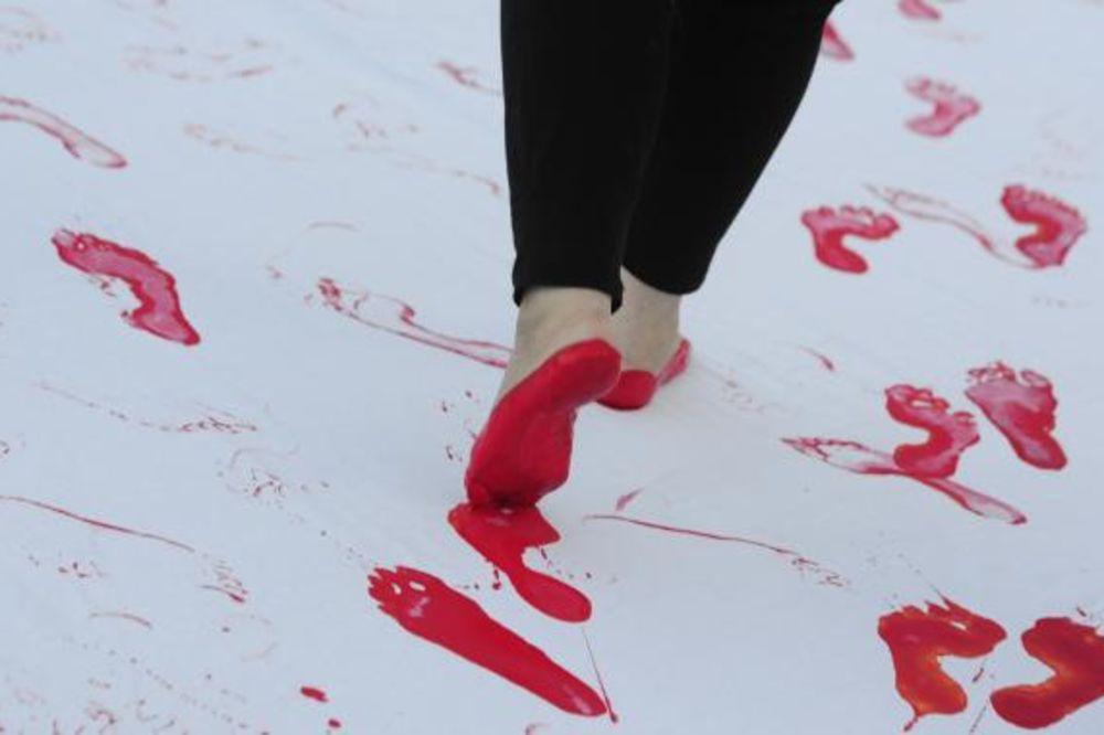 (FOTO) U BEOGRADU PERFORMANS ZA ŽRTVE SREBRENICE: Krvave stope na Trgu Republike!