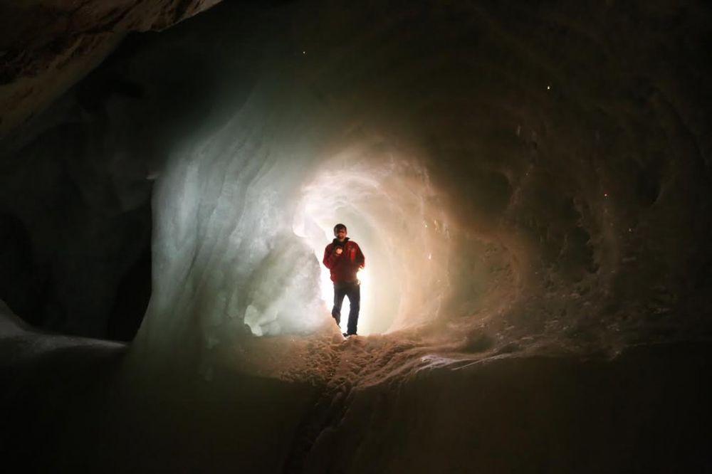 (FOTO) KURIR NA LICU MESTA ČUDO PRIRODE: Ovo je najveća ledena pećina na svetu!