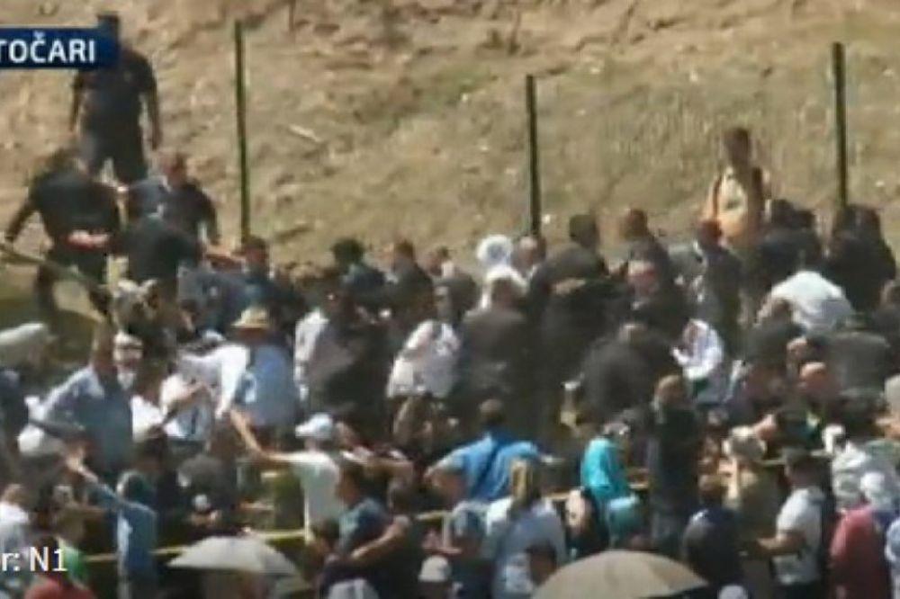 (VIDEO) PREMIJER U POTOČARIMA: Vučić pogođen kamenom u glavu