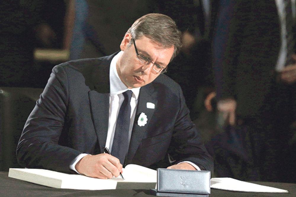 Pružio ruku pomirenja... Vučić se upisao u knjigu žalosti u Memorijalnom centru u Potočarima