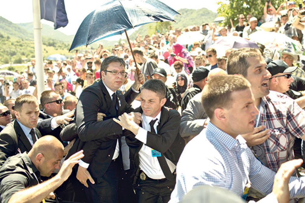 Prošlogodišnji napad na Vučića u Potočarima (Foto: Beta)