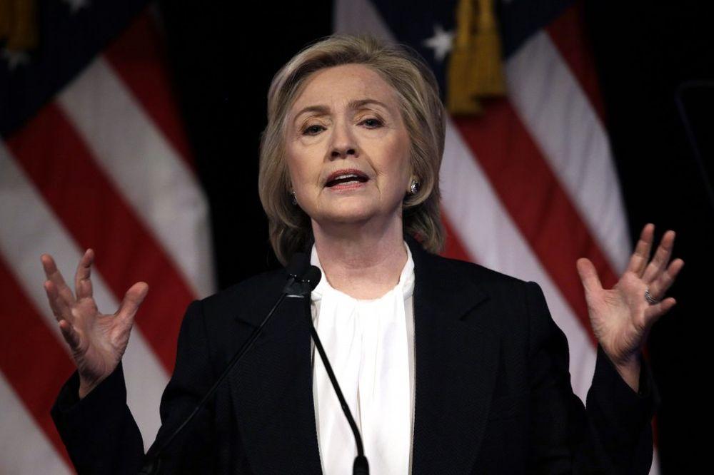 (VIDEO) HILARI NA KONTROLI: Obaveštajci proveravaju 305 mejlova Klintonove