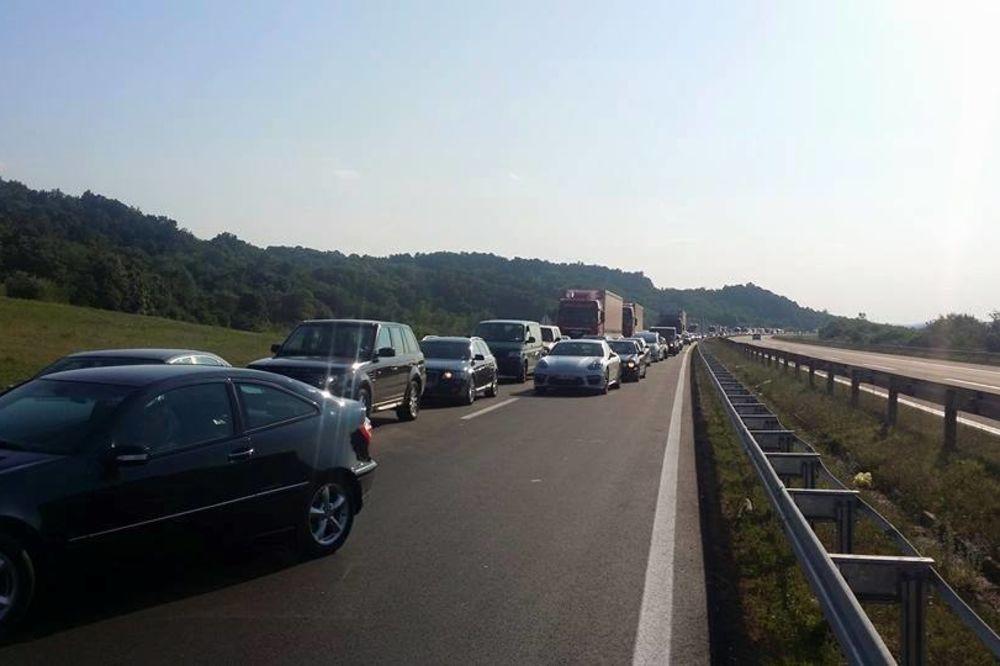 (FOTO) HAOS U SRBIJI: Kilometarska kolona na autoputu Beograd-Niš, satima se čeka do rampe!