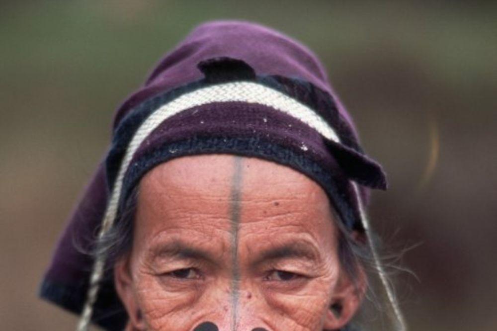 (VIDEO) NAJGORE MESTO ZA PREHLADU NA SVETU: Žene iz ovog plemena moraju da nose čepove za nos!