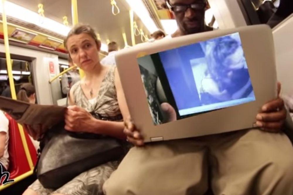 (VIDEO) PUSTIO PORNIĆ U VOZU: Pogledajte kako su reagovali putnici!