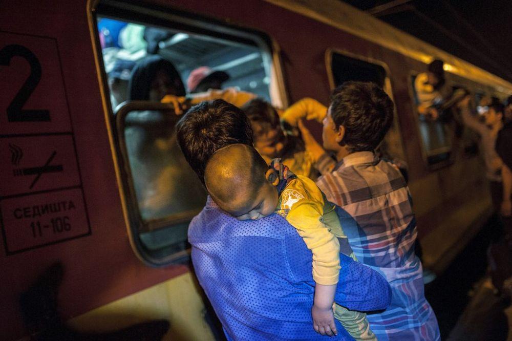 (FOTO) POTRESNE SCENE IZ MAKEDONIJE: Migranti na sve moguće načine pokušavaju da uđu u voz!