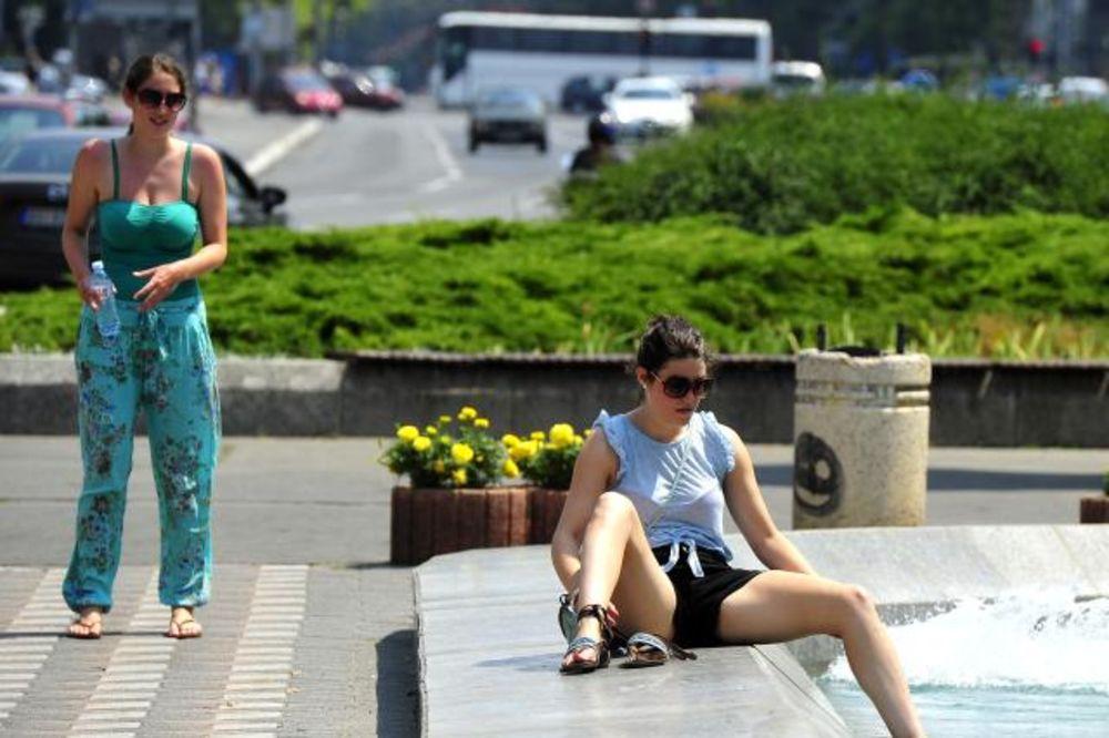 (FOTO) TROPSKA VRELINA: Ovako se Beograđanke rashlađuju na plus 35!