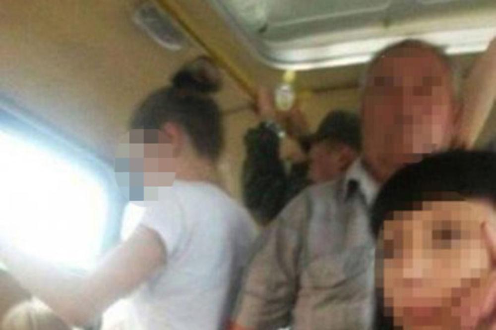 PEDOFIL SNIMLJEN U AUTOBUSU: Manijak star oko 70 godina uslikan kako zlostavlja devojčicu