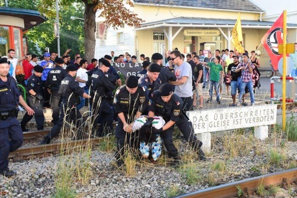 (FOTO) NAPETO: Azilanti hteli da blokiraju prugu, policija ih vukla sa šina!
